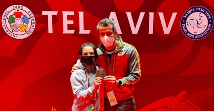 Julia Figueroa mostrando su medalla de bronce junto a su entrenador Sugoi Uriarte.