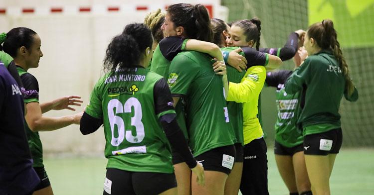 Las jugadoras de Adesal se animan durante un partido. Foto: Fran Pérez / Balonmano Adesal