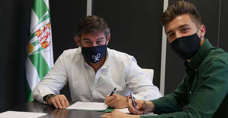 Alberto del Moral durante la firma de su nuevo contrato junto a Javier González Calvo.