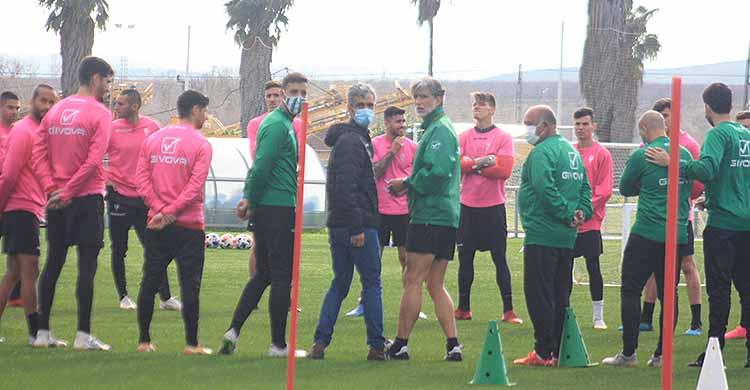 Pablo Alfaro reunido esta mañana con sus jugadores en la Ciudad Deportiva esperando la llegada de nuevos fichajes.
