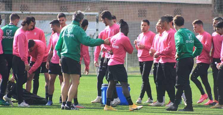 Pablo Alfaro esta mañana presentando a Sidibé a sus nuevos compañeros.