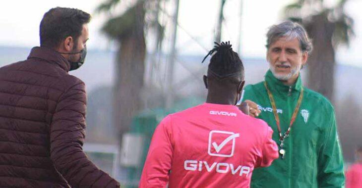Instante en el que Julio Cruz presenta a Sidibé al Pablo Alfaro que le extiende su puño para saludarlo.