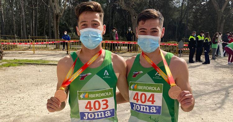 Los hemanos Puertas con sus medallas. Foto: Club Trotasierra
