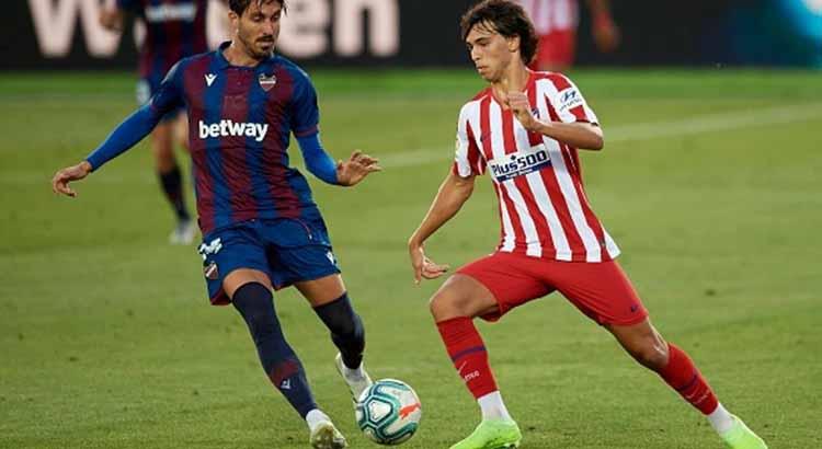 Joao Félix intenta superar a un jugador del Levante.