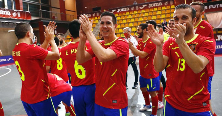 Bebé aplaude tras la victoria de España. Foto: @sefutbol