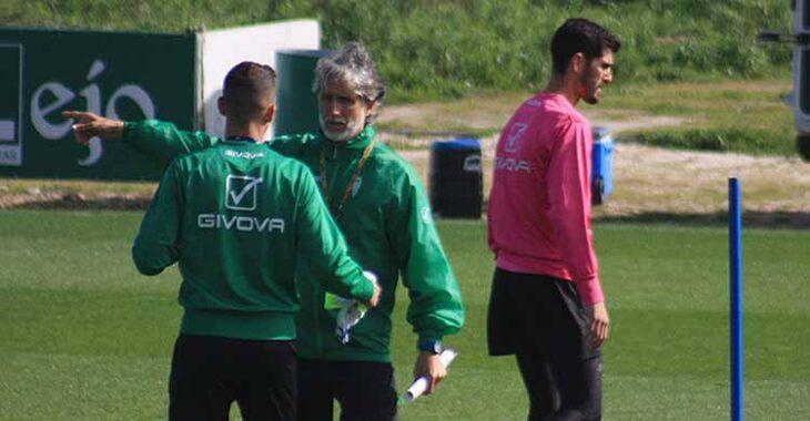 Bernardo retirándose del entreno tras departir con Pablo Alfaro.