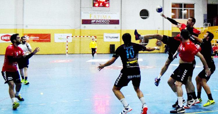 Requena intenta un pase hacia Esteban López ante la oposición de la defensa rival. Foto: Laclasi.es