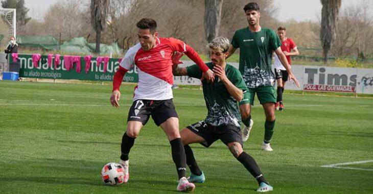 Carlos Valverde protege el balón ante la presión de Álex Meléndez.