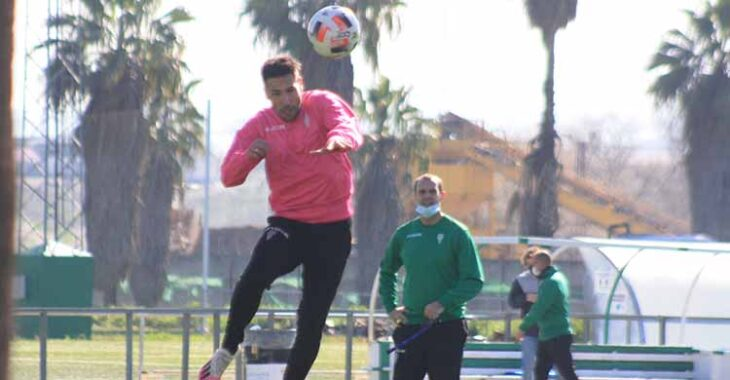 Carlos Valverde se eleva para cabecear un centro de Jesús Álvaro con Javi Poveda al fondo.