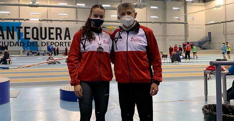 Felices. Carmen Avilés y su entrenador Antonio Bravo inmortalizando otra buena tarde en Antequera.