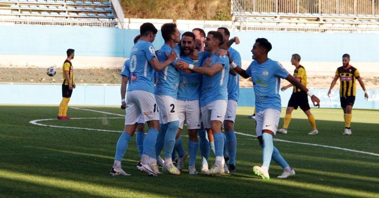Los jugadores lucentinos celebran el tanto de Mario Ruiz nada más empezar el partido. Foto: Ciudad de Lucena