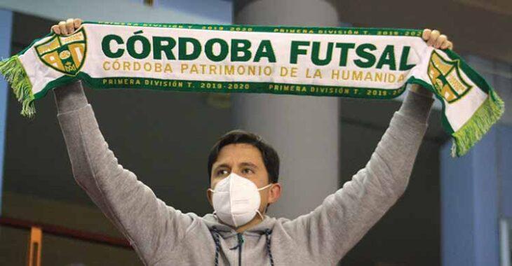 Un aficionado enarbolando la bufanda del Córdoba Patrimonio.