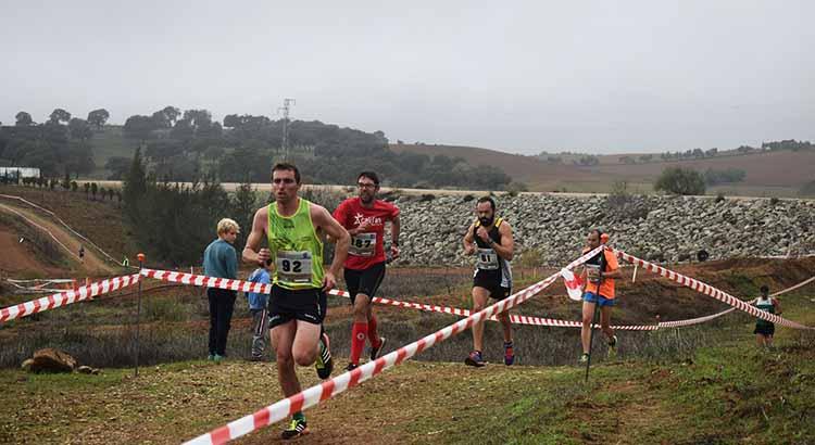 Varios atletas corriendo el I Cross de El Pinillo.