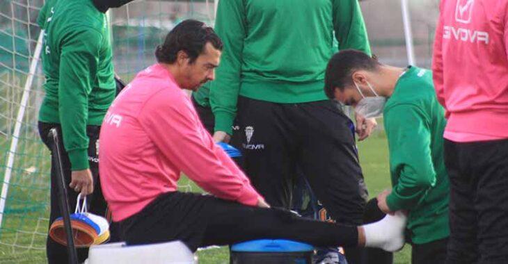 Miguel de las Cuevas atendido por un fisioterapia en el momento que le vendaba su maltrecho tobillo.