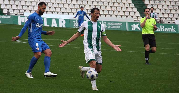 Miguel de las Cuevas en su último partido ante el Linares con el cordobés Fran Morente al fondo.