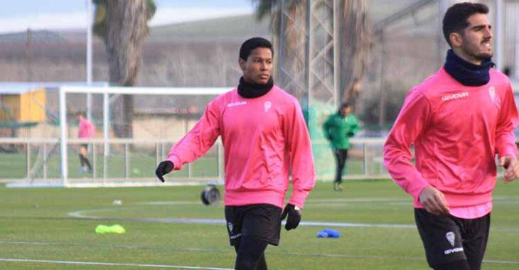Darren Sidoel en un entrenamiento de la semana pasada junto a Bernardo Cruz.