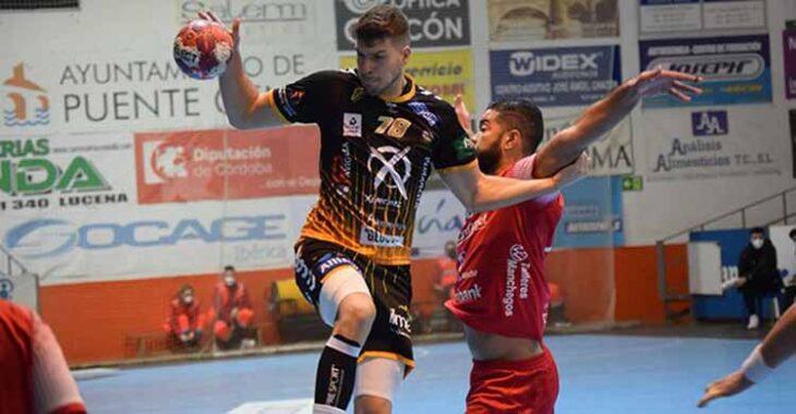 David Estepa se levanta ante un jugador del Cuenca