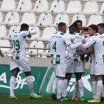 Los cordobesistas celebrando el gol de Nahel Arroyo ante el Linares que los reconcilió con el triunfo en El Arcángel.