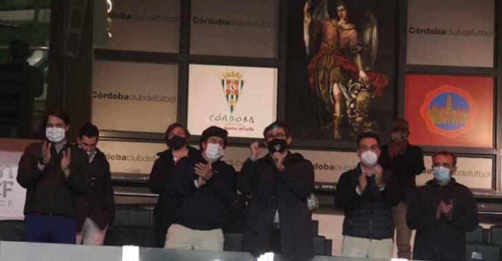 El consejo de administración del Córdoba CF aplaudiendo a su plantilla al término del partido.