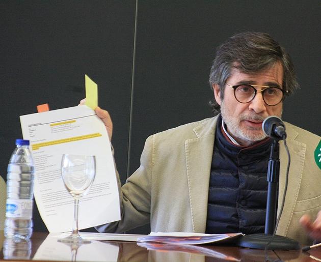 Carlos González mostrando el email recibido por la LFP.