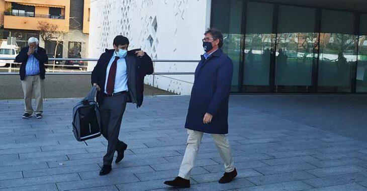 Javier González Calvo abandonando la Ciudad de la Justicia junto al abogado que representó a la UFC, Gonzalo Arroyo.