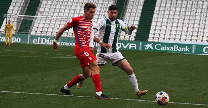 Javi Flores intentando detener el avance de un jugador del Recreativo Granada.