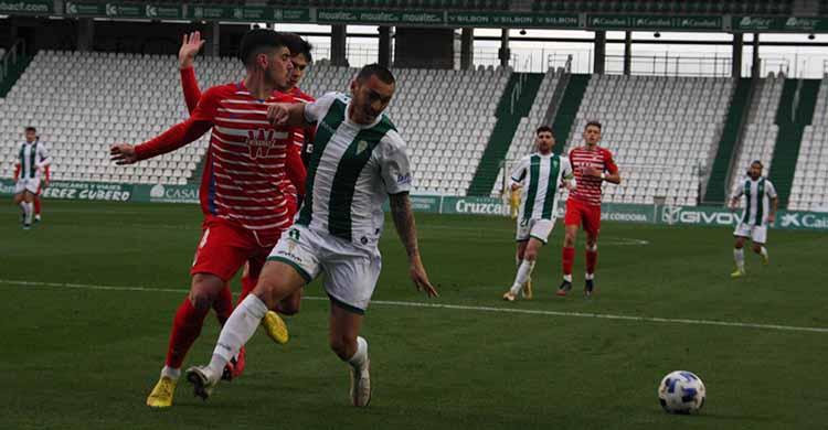 Moutinho presionado por un jugador del Recreativo Granada.