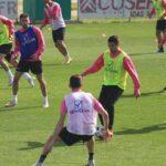 Jesús Álvaro avanza con el baló con Carlos Valverde al fondo.