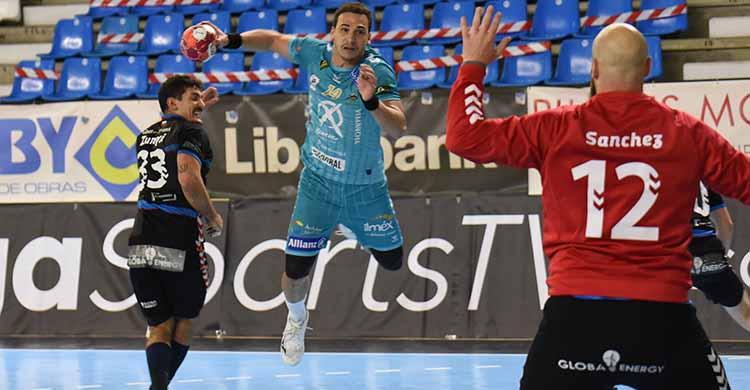 Joao Pedro en suspensión ante el meta del Sinfín Ernesto Sánchez.