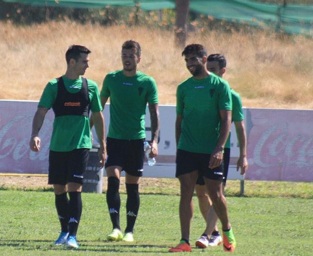 Pinillos, Jaime Romero y Jona, tres de los cinco representados por Joaquín Vigueras, sonriendo en la Ciudad Deportiva.