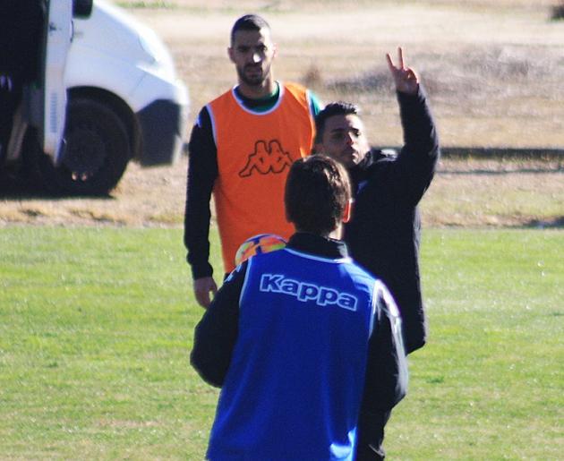 Jorge Romero dando instrucciones con Jovanovic de espaldas y Álex Vallejo al fondo.