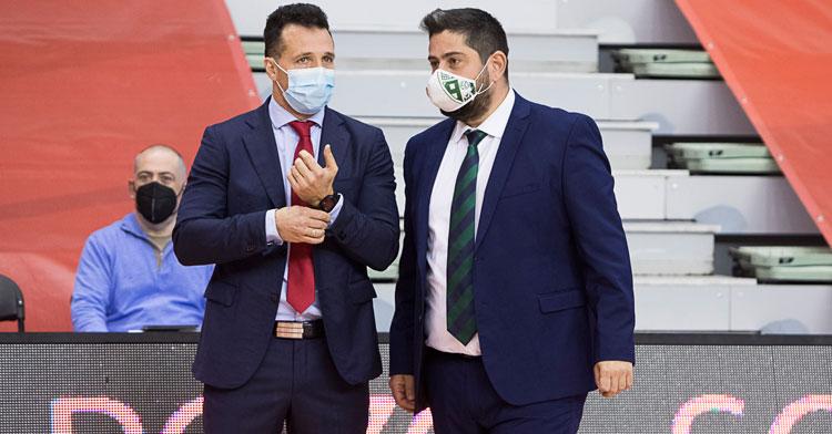 Josan González dialogando con el entrenador de ElPozo, Diego Giustozzi, antes de empezar el encuentro. Foto: Pascu Méndez / ElPozo Murcia