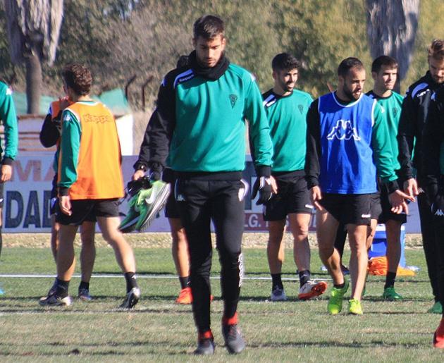 Josema abandonando la Ciudad Deportiva con Edu Ramos al fondo.