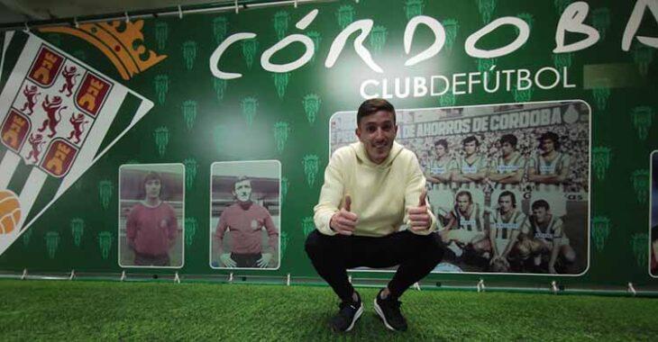 Alberto Ródenas posando en su presentación como nuevo jugador del Córdoba CF.