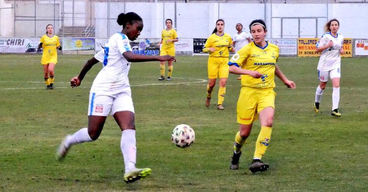 Naomie se dispone a domar el balón ante una jugadora amarilla. Foto: FF La Solana