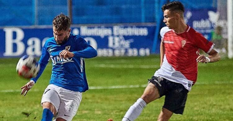 José Cruz despejando un balón ante Luismi en el partido de la primera vuelta en Linarejos.José Cruz despejando un balón ante Luismi en el partido de la primera vuelta en Linarejos.