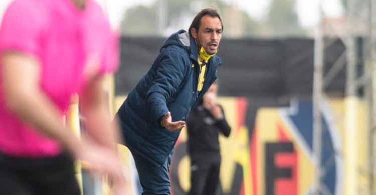 Miguel Tena dirigiendo al Villarreal C en Tercera División.