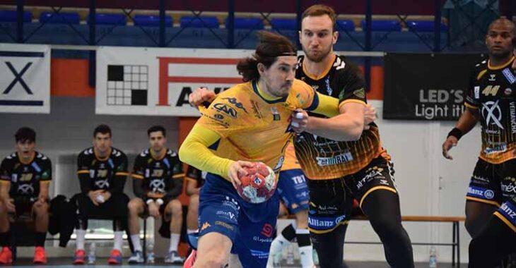 Mitic presionando a un jugador del Villa de Aranda con Mollino al fondo.