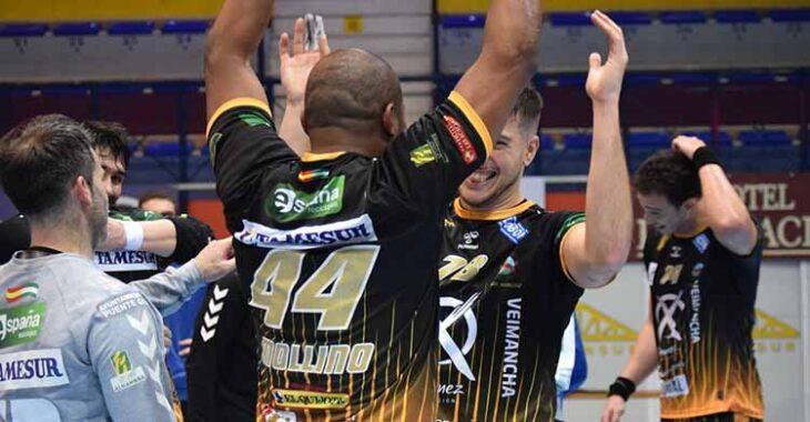 Anderson Mollino abre sus brazos para celebrar la gesta pontana con un compañero.Anderson Mollino abre sus brazos para celebrar la gesta pontana con un compañero.