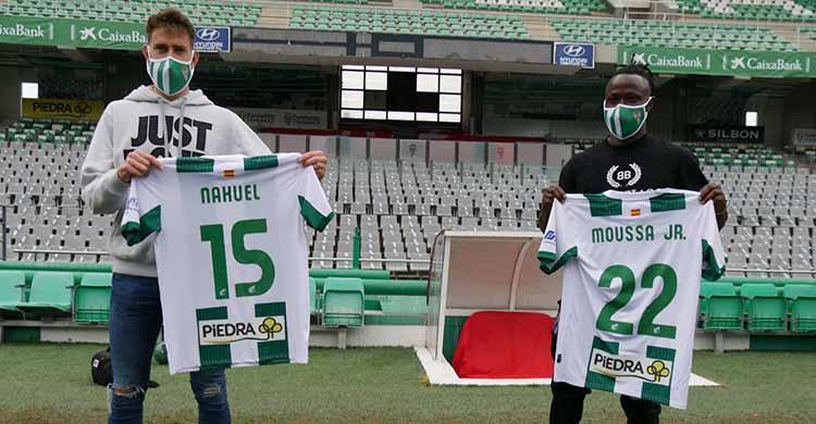 Nahuel Arroyo y Moussa Sidibé mostrando los dorsales de su nueva camiseta blanquiverde.