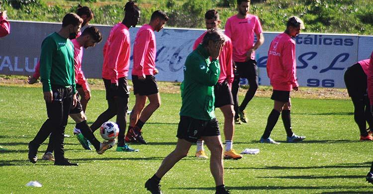 Pablo Alfaro se cubre su rostro en uno de los entrenamientos de esta semana.