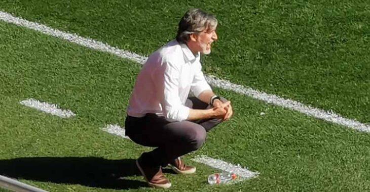 Pablo Alfaro no tardó en quitarse su rebeca acalorado con el avance del partido.Pablo Alfaro no tardó en quitarse su rebeca acalorado con el avance del partido.
