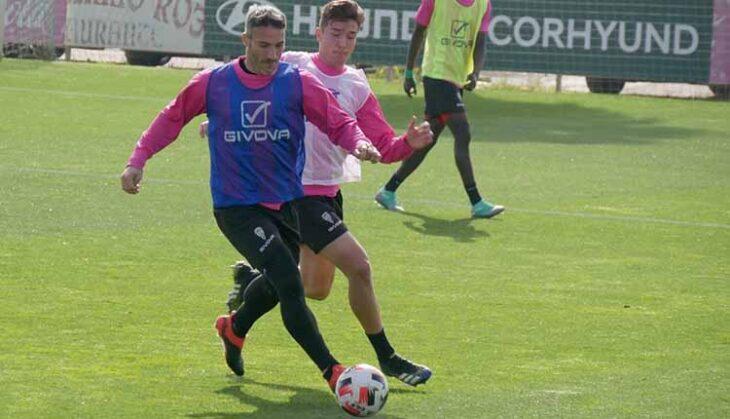 Juanito protege el balón ante Alberto Del Moral.
