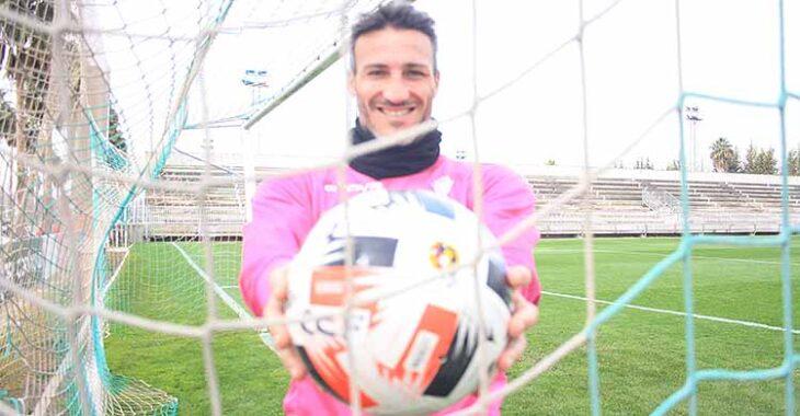 La sonrisa de Piovaccari con el balón en la red de la portería.