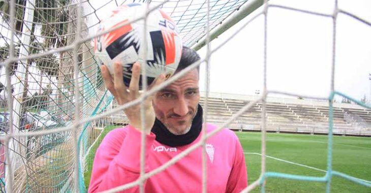Piovaccari y su poder mental con el balón en su cabeza.