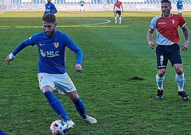 José Cruz protege el balón ante la llegada de Piovaccari.