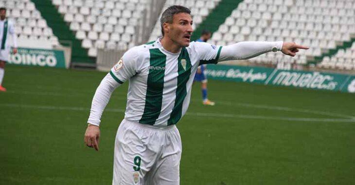 Piovaccari señalando el camino del gol para estar en la segunda fase luchando por el ascenso.