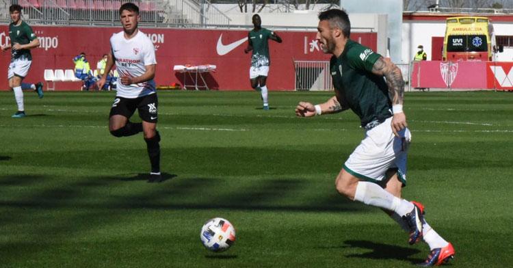 Piovaccari durante una acción del Sevilla Atlético-Córdoba de ayer domingo. Foto: CCF