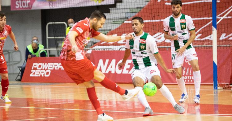 Caio César sale a tapar el disparo de un jugador de ElPozo. Foto: Pascu Méndez / ElPozo Murcia