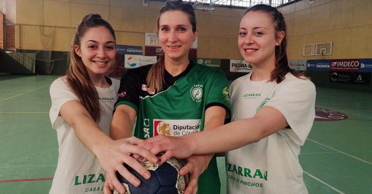 Irene García y Ángela Ruiz, capitanas del equipo, arropan a la rumana Anda Chelaru tras su llegada a La Fuensanta